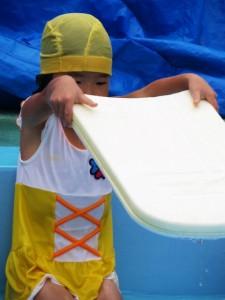 水泳の練習をする女の子